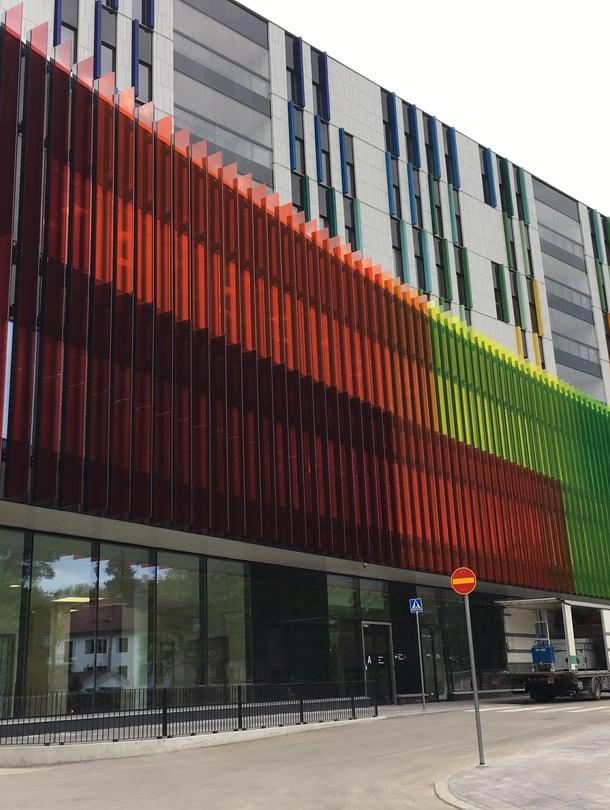 """Uuden lastensairaalan julkisivusta tehtiin tarkoituksella värikäs. Rakennus on ehdolla arkkitehtiliitto SAFA:n myöntämän Arkkitehtuurin Finlandia -palkinnon saajaksi. Kuva: <span class=""""photographer"""">Sanna Huolman</span>"""