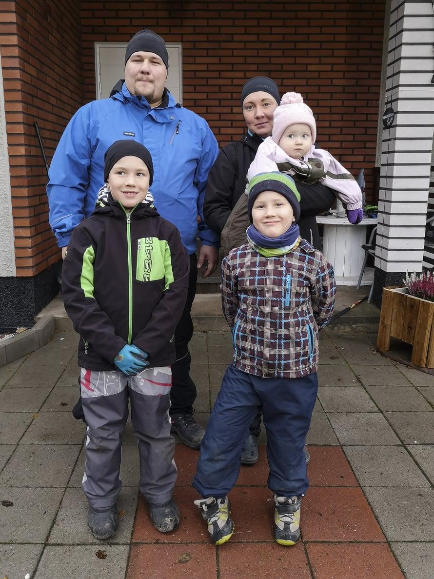 """Lindholmin perhe ei vietä aikaa yhdessä kodin ulkopuolella poikien tappelun vuoksi. Kuva: <span class=""""photographer"""">AVA</span>"""