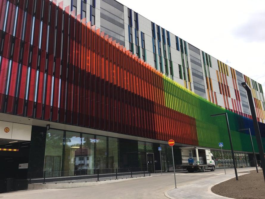 Uuden lastensairaalan suunnitelleet arkkitehdit halusivat jo julkisivun kertovan, että kyseessä on lastensairaala. Siksi julkisivussa on käytetty paljon värejä. Kaarevan julkisivun värilliset lasilevyt näyttäytyvät aina hieman erilaisia vuodenajasta ja katsomispaikasta riippuen.