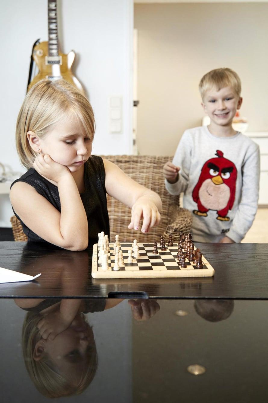 Elsa, 5, on oppinut juuri lukemaan. 7-vuotias Eino tykkää myös shakista.