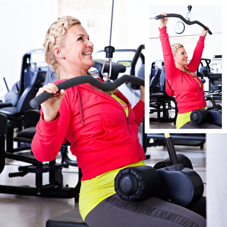 1. Yläselän lihakset Ylätalja eteen: Laita leveä kahva kiinni laitteeseen. Nojaa selkä suorana hieman taakse ja vedä tanko rintaan painamalla ensin hartiat ja lavat alas. Päästä rauhallisesti takaisin ylös hyvään venytykseen. Laita polvituki riittävän tiukalle ja istu mahdollisimman lähellä tukea. Pidä pieni takanoja, selkä suorana.
