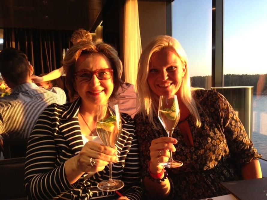 Hyvä Terveys-lehden päätoimittaja Taina Riston kanssa tervetuliais-skoolaus risteilyllä