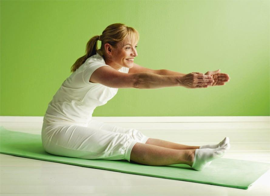 Eteentaivutus:  Istu jalat suorina, kädet vartalon vieressä. Nosta kädet sisään hengittäessäsi ylös, ojenna selkää ja käsiä pitkiksi. Hengitä ulos ja ojenna kädet ja ylävartalo eteen suoraan jalkojen päälle. Pidä venytysasento 10–30 sekuntia. Hengitä rauhallisesti ja aina uloshengityksen myötä yritä rentouttaa lihakset paremmin, anna lantion laskea alemmaksi ja venytyksen tehostua. Nouse sisään hengittäessäsi uudelleen ylös, ulos hengittäessäsi laskeudu alas venytykseen. Toista 2–4 kertaa. Muista Pidä selkä suorana. Anna painovoiman viedä rintaa lähemmäs reisiä.