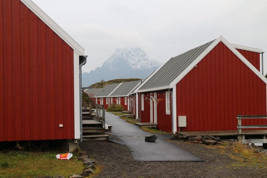 Rorbut eli kalastajamökit ovat tyypillisiä majoittumispaikkoja Lofooteilla.
