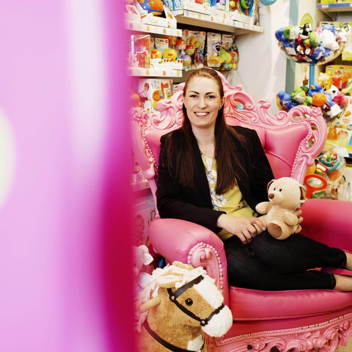 Anja Merenkivi yrittää kiertää leluosastot kaukaa vapaa-ajallaan. SIlti hänen ostoskoriinsa saattaa päätyä epäilyttävän näköinen lelu vaikka ruokaostoksilla. Kuva: Milka Alanen