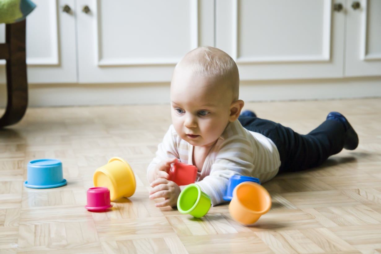 Ensimmäisen puolen vuoden aikana vauva kurottelee lähellään olevia esineitä kiinnostuneena. Kuva: iStockphoto