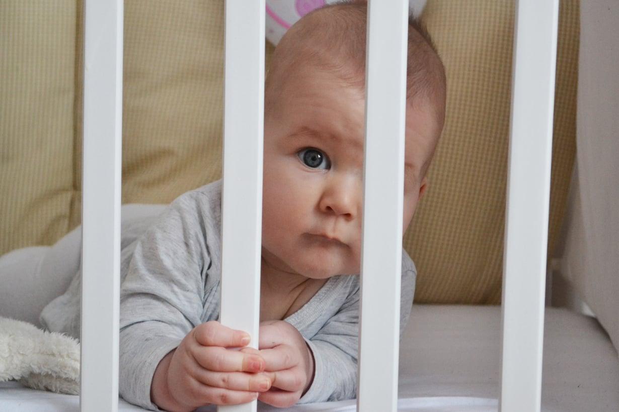 Eikö nukuta? Unikoulu auttaa tutkitusti vauvan huonounisuuteen.