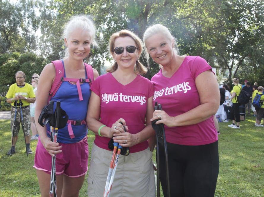 Bloggarit Sanna Malinen ja Raakel Lignell sekä päätoimittaja Taina Risto nauttivat helteestä.