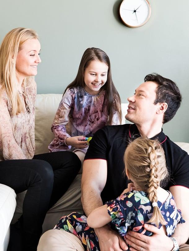 """Anni kysyy aina ennen nukkumaanmenoa, kumpi vanhemmista on aamulla kotona. Koko perhe on harvoin koolla. Kuva: <span class=""""photographer"""">Satu Kemppainen</span>"""