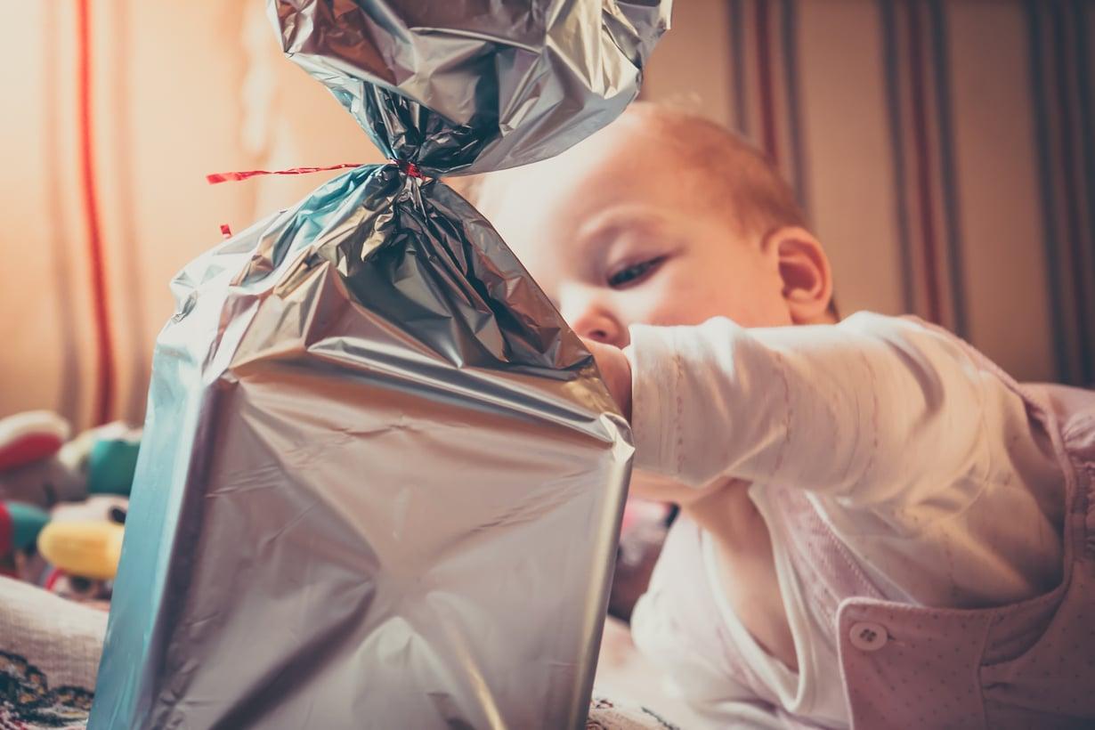 Noudata lelujen ikärajamerkintöjä tarkkaan. Jemmaa vauvan joulupakettiin vain sellaisia leluja, jotka ovat varmasti turvallisia pienelle käyttäjälle. Kuva: iStockphotos