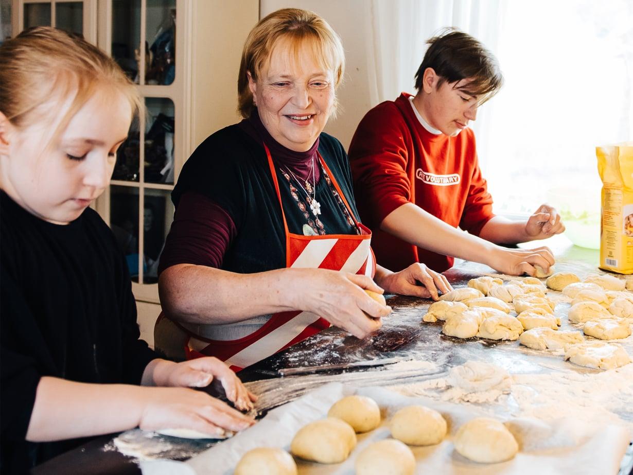Veeti, 18, Valtteri, 16, Venni, 13, ja Pinja, 10, käyvät usein kertomassa mummille kuulumisia heti koulun jälkeen, kun vanhemmat eivät ole kotona. Tällä kertaa leipomispuuhissa ovat Pinja ja Valtteri. Kuva: Jesse Karjalainen