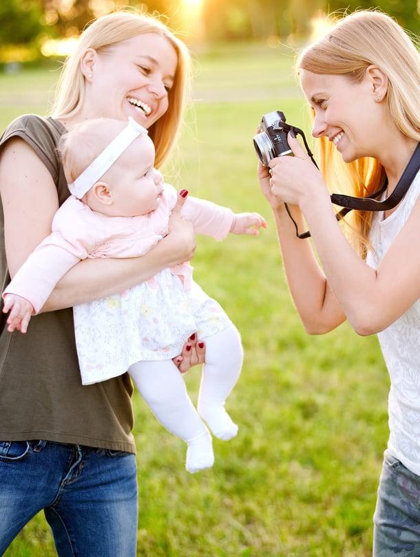 Ota kuvia ystävästäsi ja hänen lapsestaan. Kuvat auttavat vanhempaa muistamaan vauvavuoden hetkiä konkreettisesti.