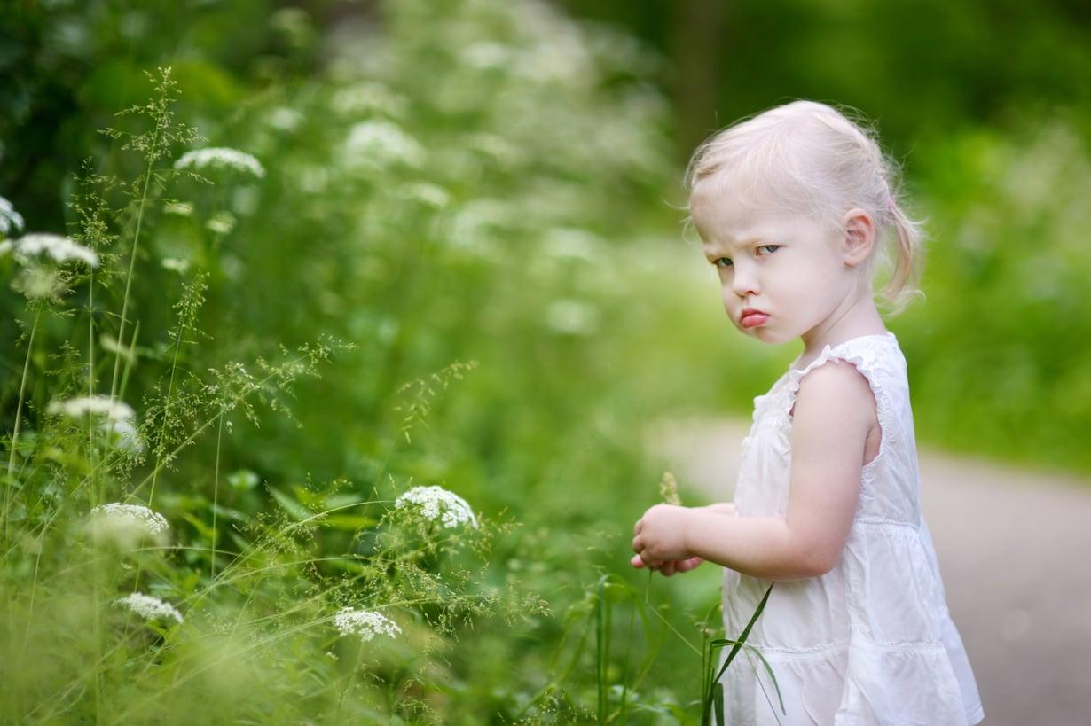 Häpeän tunne ei auta aggressiivisesti käyttäytyvää lasta. Myötätuntoinen aikuinen sen sijaan on suuri apu. Kuva: Shutterstock