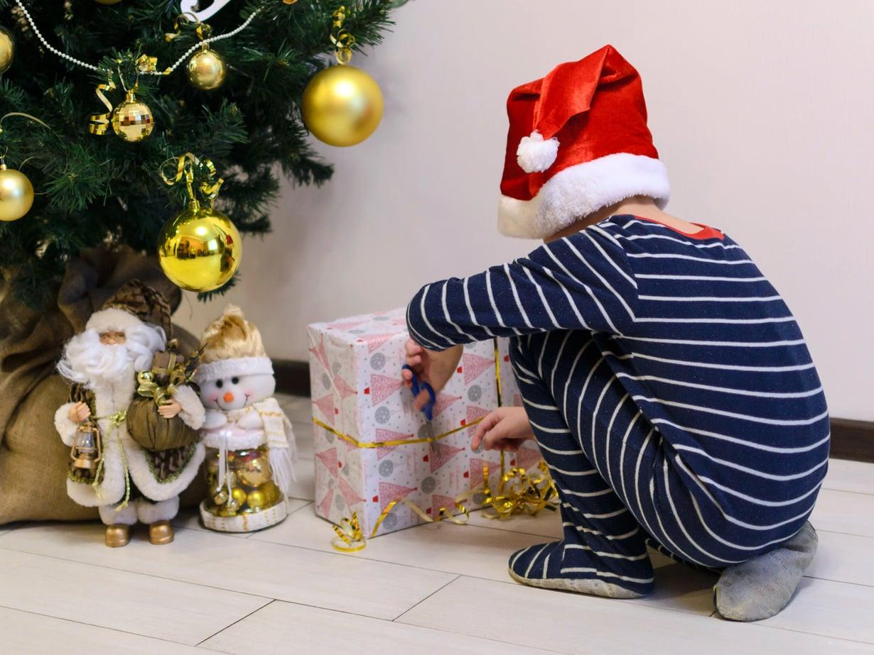 Olenko nyt ollut kiltti? Lastenpsykiatri kehottaa miettimään, onko uhkailu lahjattomalla joululla paras tapa opettaa lapselle riitojen ratkomista. Kuva: iStockphotos