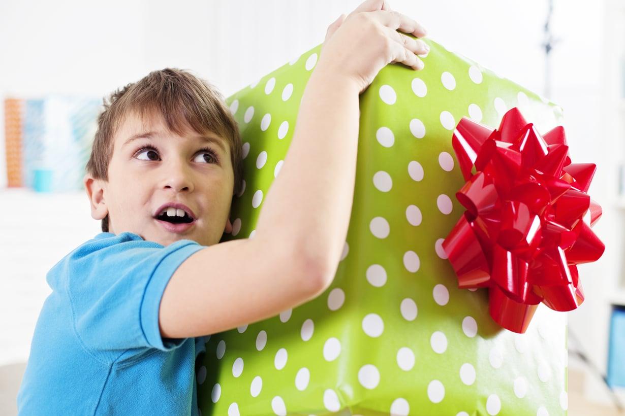 Entä jos synttärikutsussa lukisikin: älä tuo lahjaa, tärkeintä on, että tulet itse. Kuva: iStockphoto