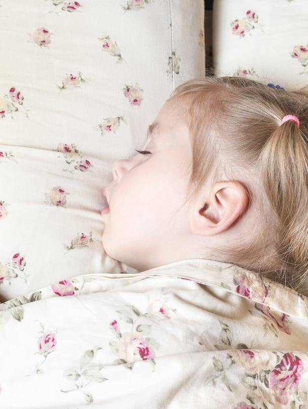 """Kouluikäisen lapsen unen tarve on kymmenen tuntia. Vanhemman tehtävä on huolehtia, että lapsi nukkuu riittävästi. Kuva: <span class=""""photographer"""">iStockphotos</span>"""