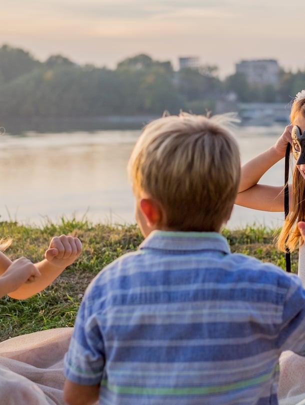 """Mitä leikittäis? Serkkujen suhdetta lujittaa yhteinen lähipiiri, ja yleensä yhteiset leikit löytyvät hyvin. Kuva: <span class=""""photographer"""">iStockphoto</span>"""