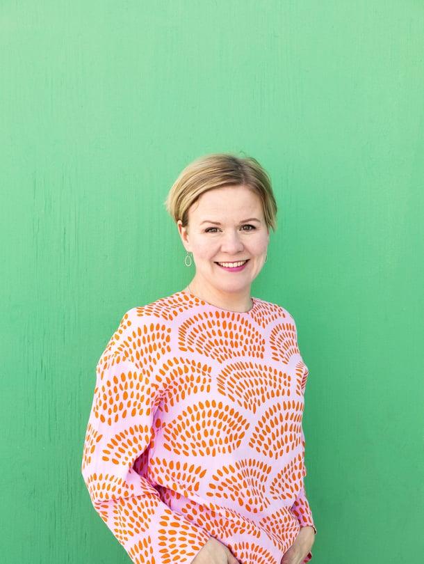 """Käsikirjoittaja Paula Mononen on kirjoittanut muun muassa tv-sarjoja Sorjonen, Mustat lesket ja Helppo elämä. Kuva: <span class=""""photographer"""">Anna Autio</span>"""