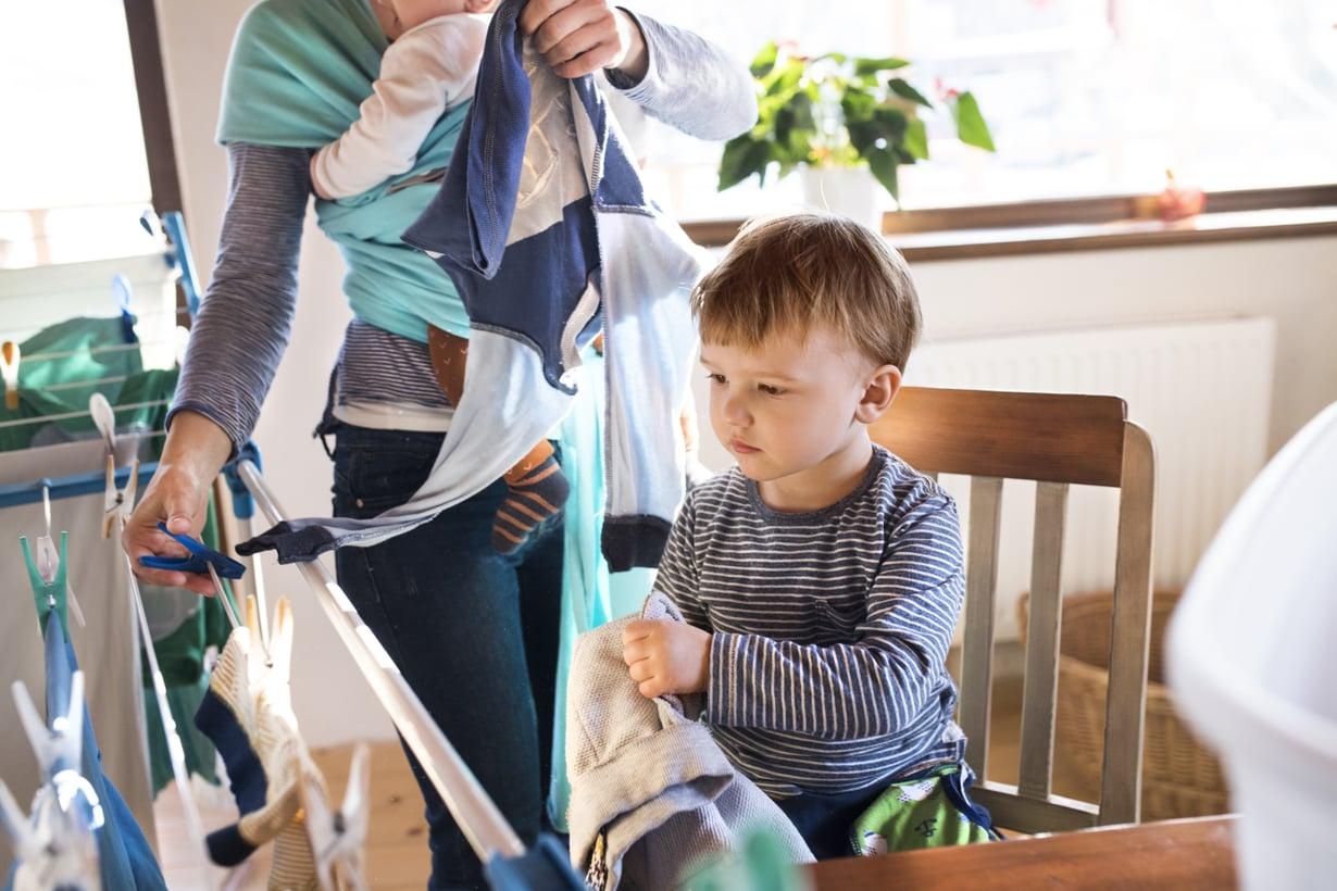 """""""Äiti taitaa monesti kantaa vastuun kodin ja lasten asioista, vaikka mies osallistuukin tekemällä asioita, kun häntä pyydetään"""", lukija kirjoittaa. Kuva: iStockphoto."""