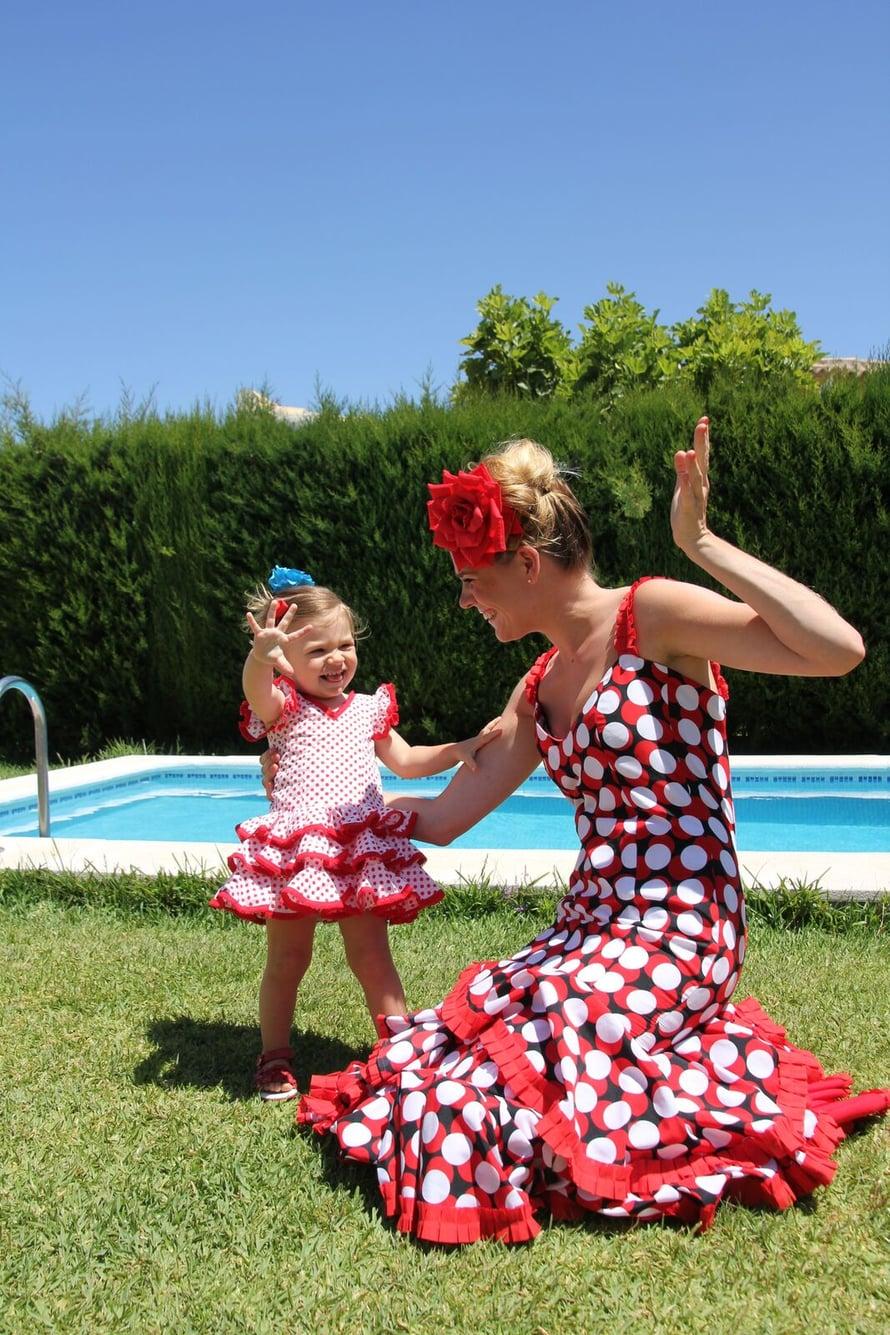 Inari ja Ronja viettivät espanjalaista kyläjuhlaa, feriaa, perinteisissä flamencoasuissa. Kuva: Alice Ahlfors