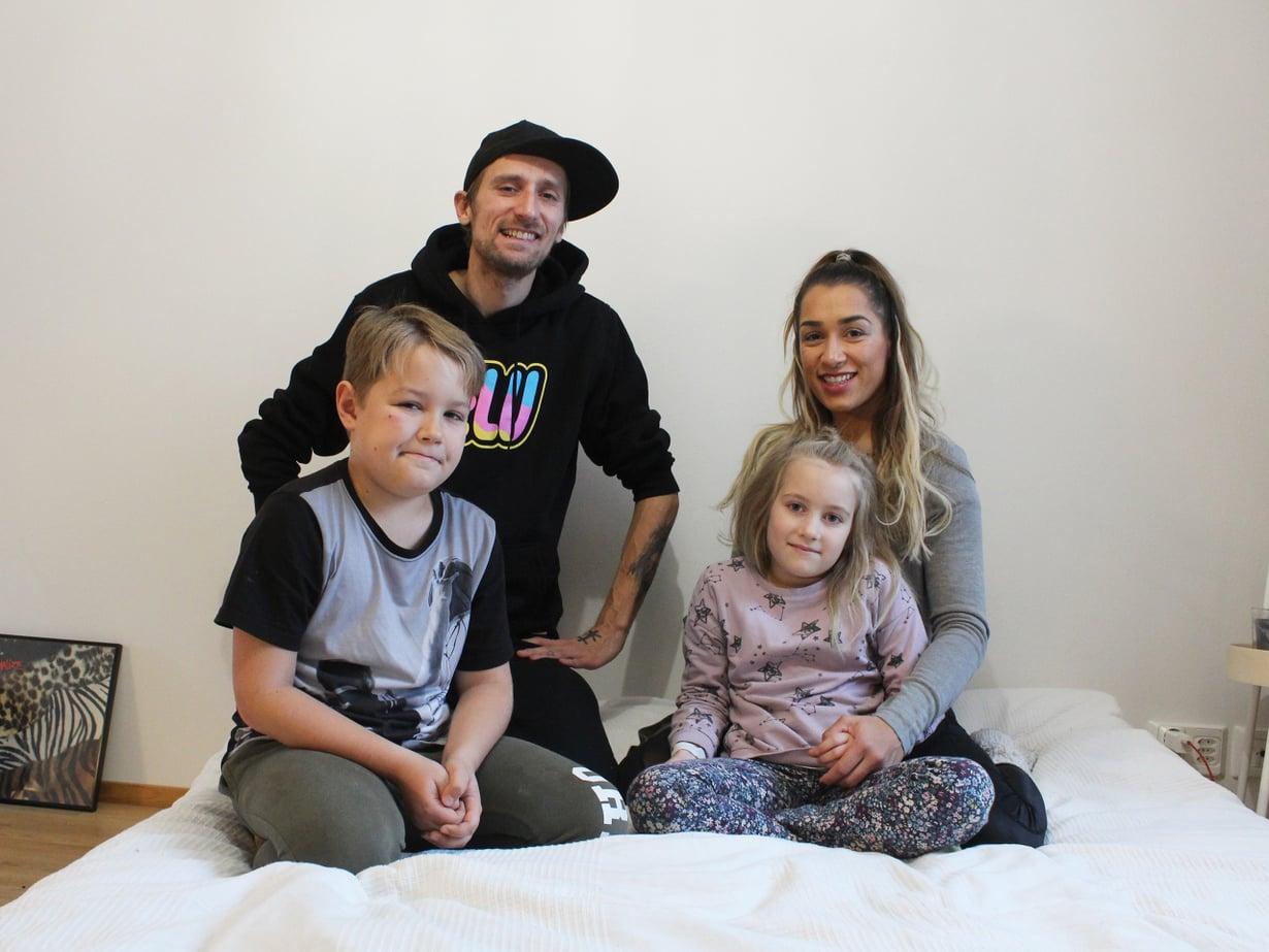 Kuvassa uusperheen vanhemmat Alex ja Disa, sekä Disan lapset Luca, 9, ja Belicia, 7. Kuva: Anette Kärkkäinen