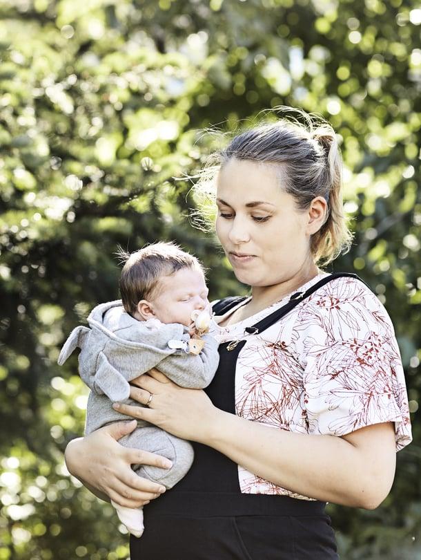 """Mirjam Sokka alkoi miettiä lastenvaatevalintojensa ekologisuutta ja eettisyyttä saatuaan esikoisensa kolme vuotta sitten. Kuopus syntyi viime keväänä. Kuva: <span class=""""photographer"""">Amanda Aho</span>"""