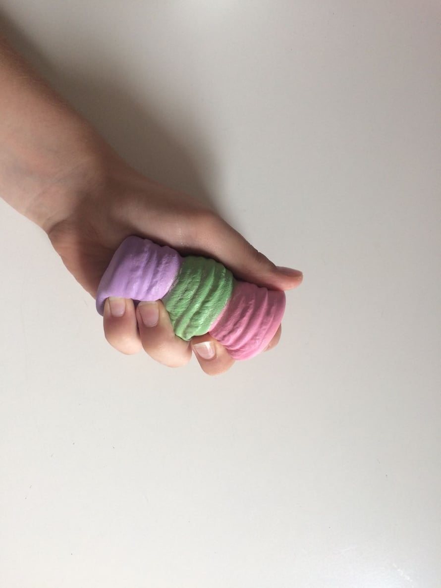 """Puristeltavat Sqhuishies-lelut ovat lapsille tuttuja sympaattisia hahmoja, esimerkiksi leivonnaisia. Tuoksuvat lelut houkuttavat leikkijöitä taaperosta teiniin. Kuva: <span class=""""photographer"""">Pihla Järvinen</span>"""