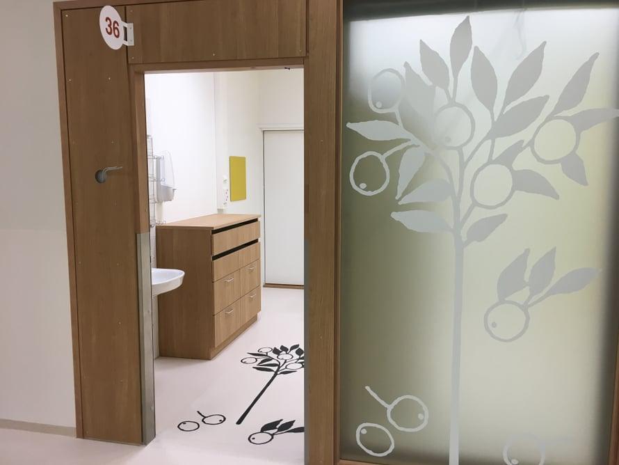 Sairaalamaisuutta hälventävät muun muassa erilaiset grafiikat käytävillä, seinillä ja hisseissä.