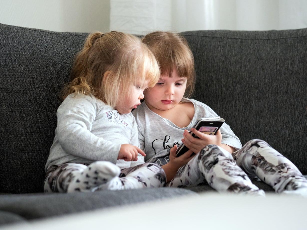 Pidetään yhteyttä. Kun ikävä iskee, Viola ja Venla soittavat tai snäppäävät isälle.