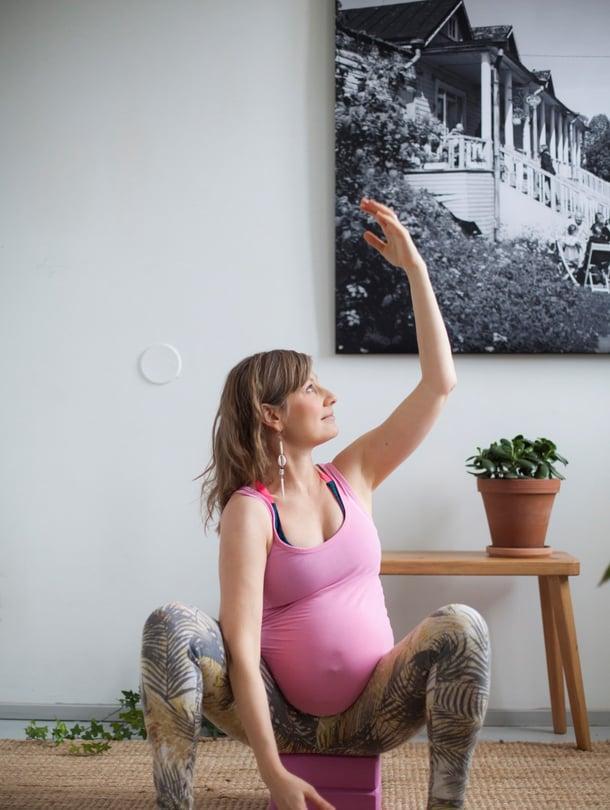 Kyykkiminen helpottuu, kun pepun alle laittaa matalan tuen. Kuvassa Hanna-Mari Nieminen kuopuksensa odotusajalla vuonna 2016.