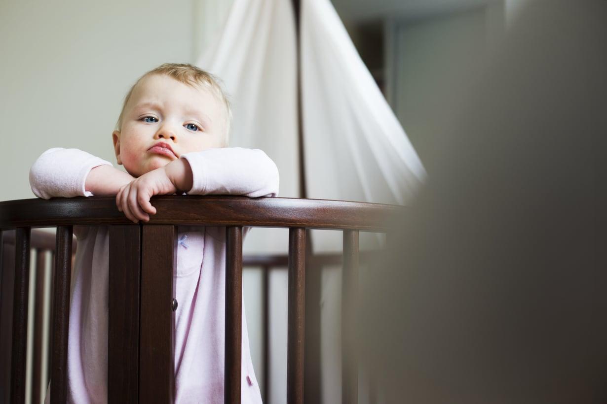 Matleenan yöunet paranivat, kun vanhemmat kokeilivat tassuttelua. Siinä vauvan pieneen havahtumiseen ei reagoida liian herkästi, vaan vauva opetetaan nukahtamaan itse uudelleen. Kuva: Milka Alanen