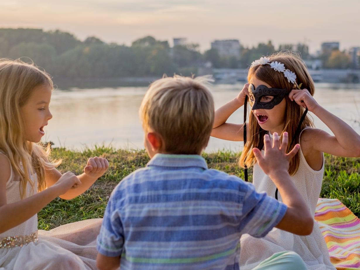 Mitä leikittäis? Serkkujen suhdetta lujittaa yhteinen lähipiiri, ja yleensä yhteiset leikit löytyvät hyvin. Kuva: iStockphoto