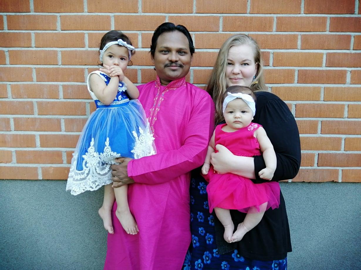 Kuvassa Reza ja Petra tyttäriensä kanssa. Esikoistytär Raiza syntyi marraskuussa 2017 ja kuopus Roza maaliskuussa 2019. Kuva: Petran ja Rezan kotialbumi