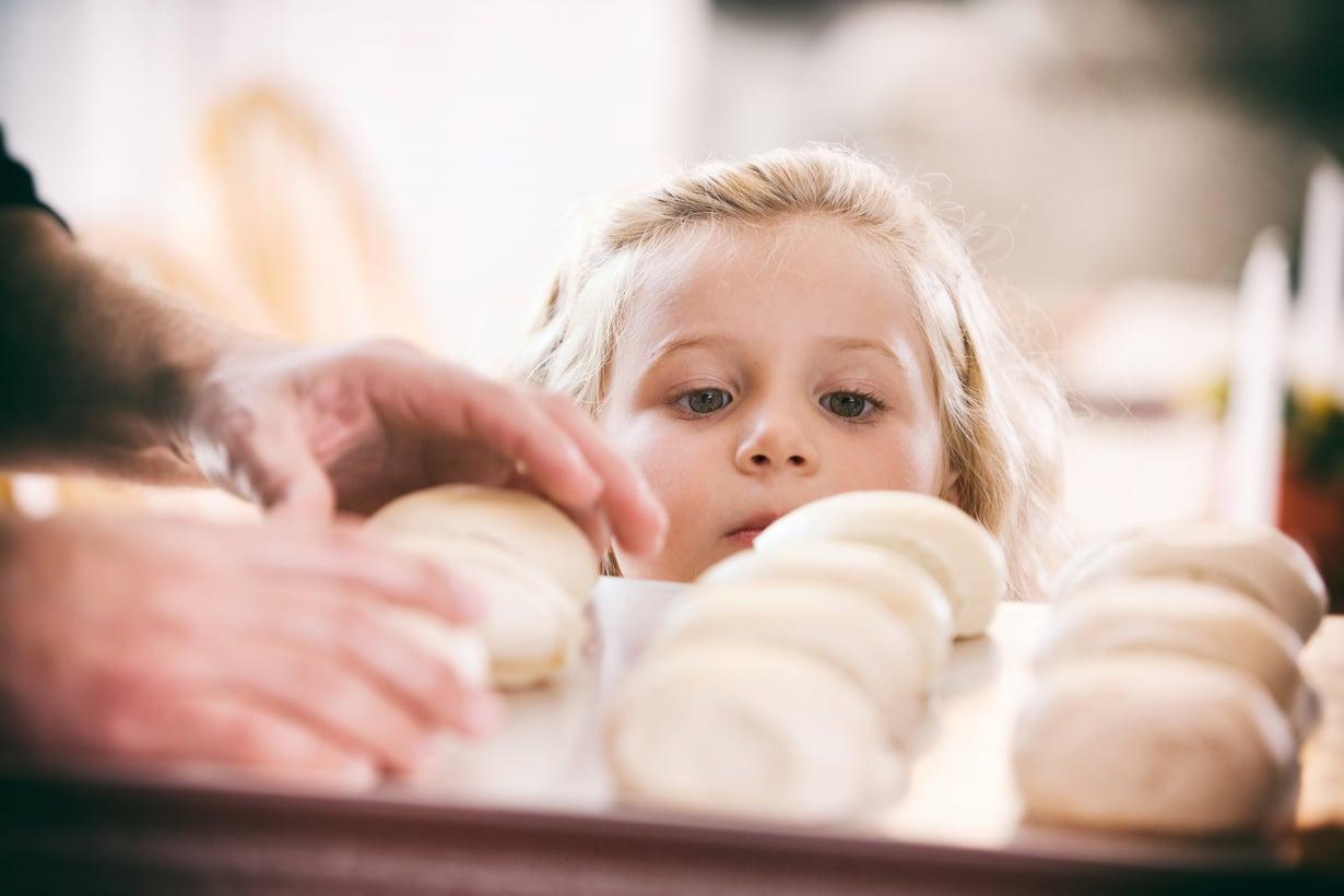 Leipominen on yksi parhaista tavoista viettää aikaa kummilapsen kanssa.