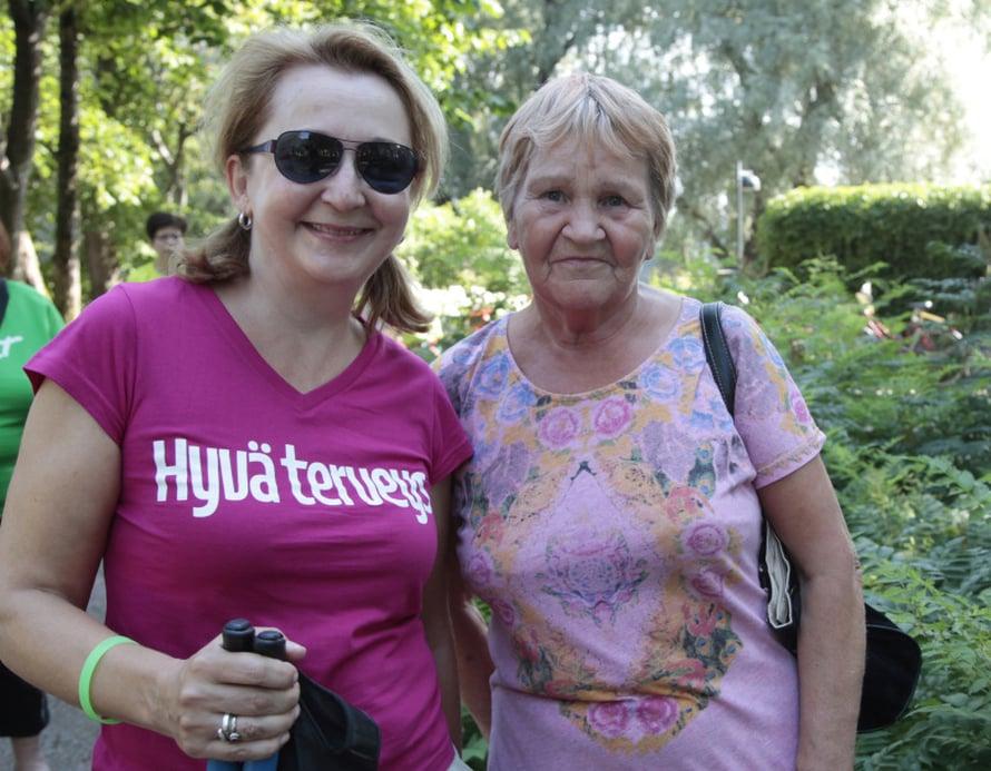 Lehden uskollinen lukija Anne Lehto saapui tapahtumaan mittauttamaan kolesteroliarvonsa. Seurana päätoimittaja Taina Risto.