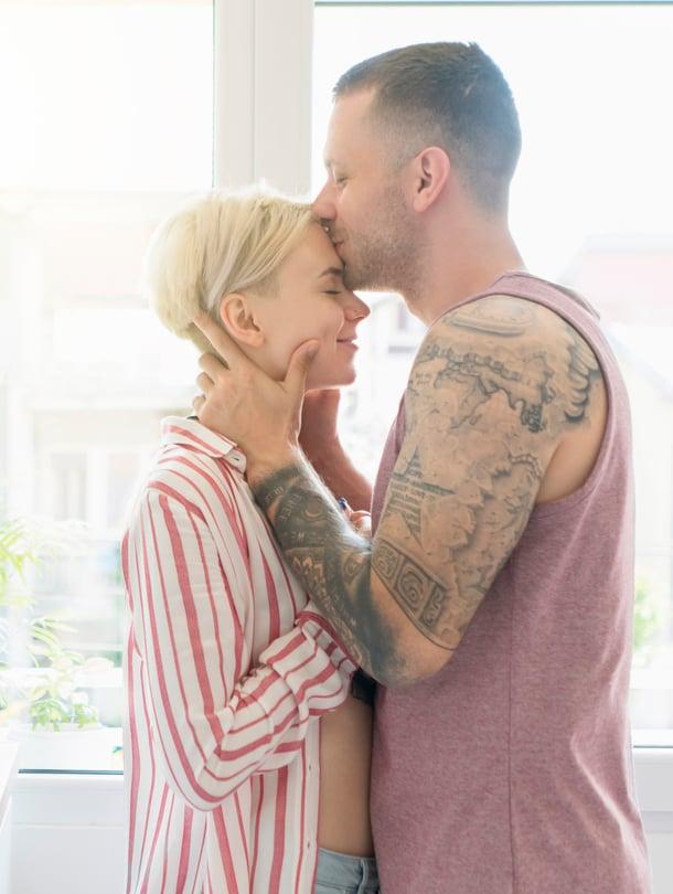 """Niillä pareilla, joilla on fyysistä koskettamista pitkin päivää, on usein tyydyttävämpi seksielämä. Kuva: <span class=""""photographer"""">iStock</span>"""