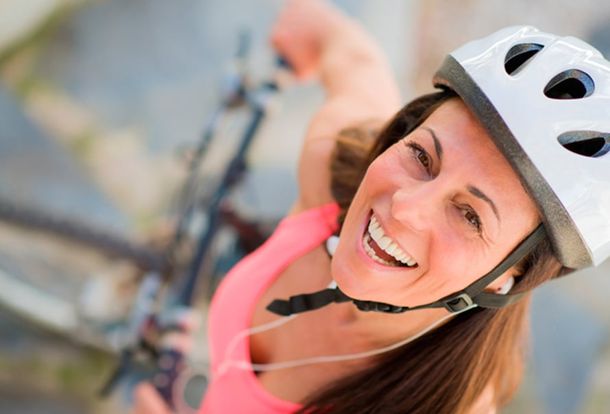 Pyöräilytyyli on kohdallaan, kun päässä on kypärä.