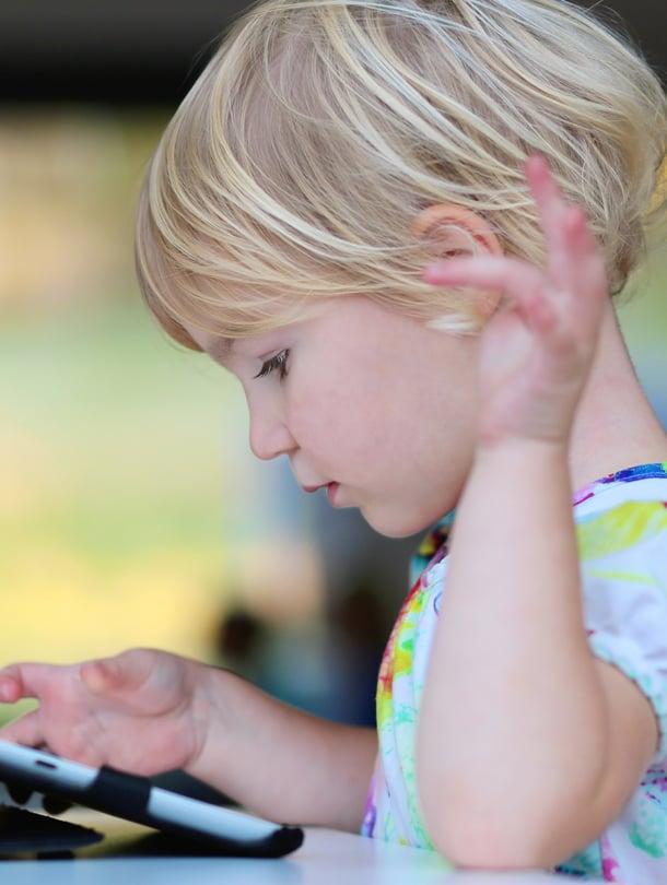 Hyvä periaate parivuotiaan älylaitteiden käytölle: hetki silloin, toinen tällöin mielellään yhdessä vanhemman kanssa.