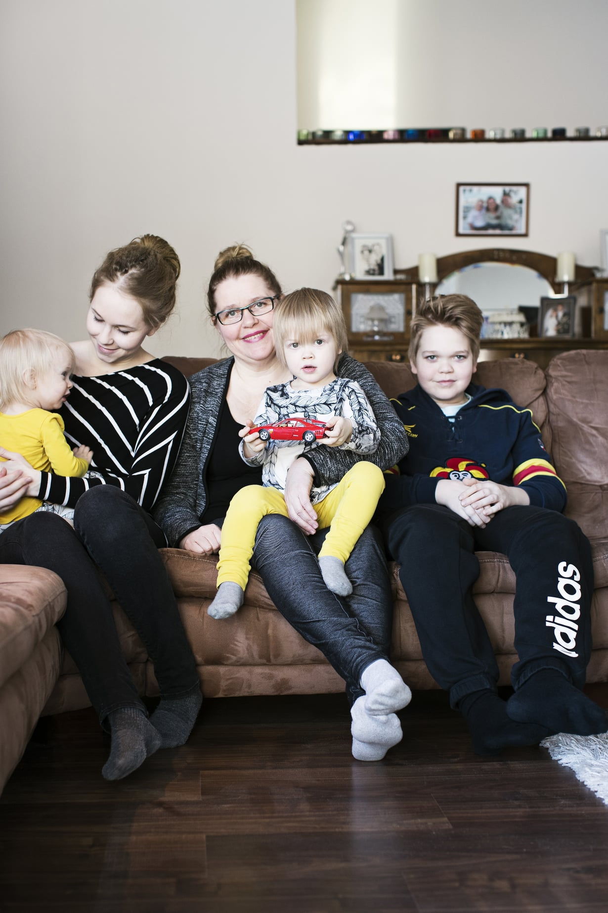 Mummolan sohvalla. Anniinan veli Joonatan (oik.) oli 11-vuotias päästessään leikkaamaan vauvan napanuoran. Helena-mummon sylissä Peetu, Anniinan sylissä Neela.