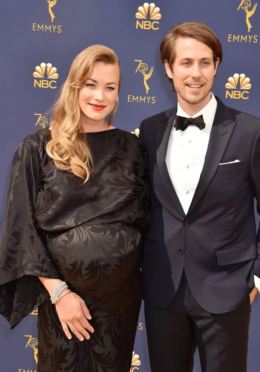 """Yvonne Strahovski ja Tim Loden kertoivat viime kuun Emmy-gaalassa odottavansa poikaa. Yvonne oli gaalassa ehdolla parhaasta sivuosasta sarjasta Handmaids Tale. Kuva: <span class=""""photographer"""">MV Photos</span>"""