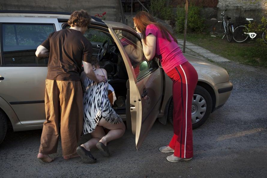 Anette, Ilkka ja doula Anna ovat lähdössä kohti TYKSiä. Anette halusi olla polvillaan supistuksen aikana. Kuva: Eeva Anundi