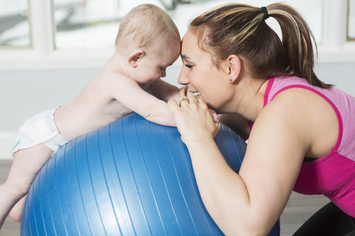 Lihaksia voi ensi alkuun herätellä lempeällä kotijumpalla ja venyttelyllä, mutta kovemman treenin aika on vasta, kun keskivartalon tuki on palautunut.