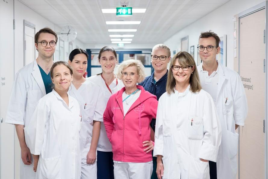 Sarja-TMS-hoitotiimi. Selja Vaalto eturivissä vasemmalla ja Hanna Harno eturivissä oikealla.