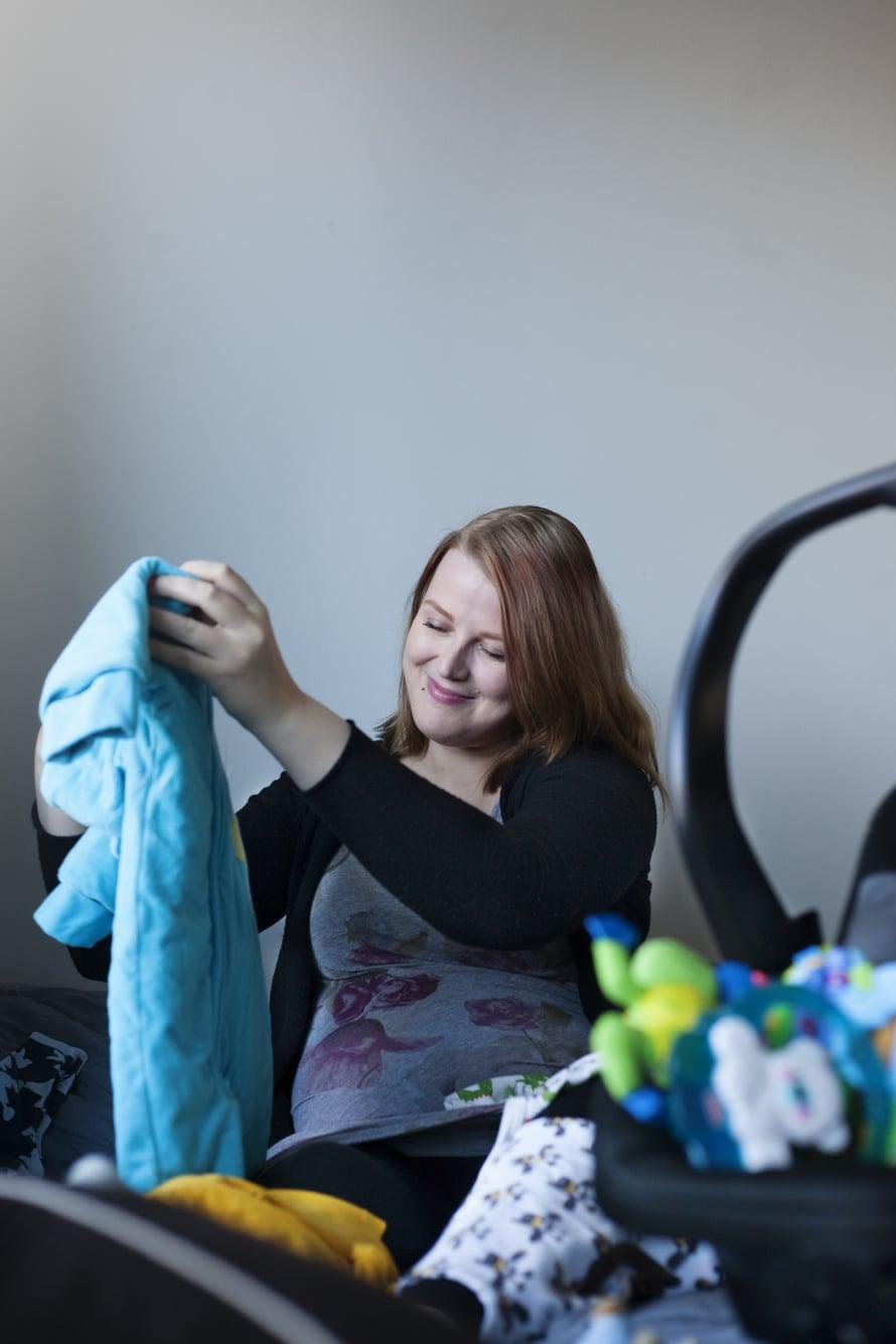 """Niina Malisen vaatehankinnat vauvalle ovat maksaneet enintään viisi euroa kappale. Kuva: <span class=""""photographer"""">Riina Peuhu</span>"""