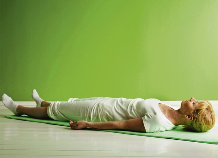 Loppurentoutuminen:  Käy selin makuulle. Sulje silmät. Vie jalkoja hiukan irti toisistaan ja anna jalkaterien kääntyä ulospäin. Kädet ovat hieman irti vartalosta ja kämmenet ovat ylöspäin. Pää on keskiasennossa.  Rentouta koko vartalo ja hengitä rauhallisesti. Anna rentoutuksen levitä pohkeisiin ja reisiin. Jalat lepäävät hyvin painavina. Rentouta pakarat ja anna kaikkien jännitysten laueta myös selän alueelta. Tunne, kuinka rentoutus leviää rintakehään ja sieltä käsiin ja sormiin. Anna lattian kantaa itseäsi. Joka uloshengityksellä vartalosi tulee painavammaksi ja rennommaksi.  Anna hartioiden rentoutua. Et kannattele päätä vaan annat sen painautua maata vasten yhä painavampana. Rentouta kasvolihaksesi. Huulet ovat hieman raollaan ja posket ovat löysät. Anna otsan ja silmien rentoutua. Rentouta kieli ja kurkun lihakset.  Rentouta lopuksi aivot. Kaikki huolesi ja murheesi ovat kaikonneet. Kun mieleen nousee ajatus, anna sen mennä ohi. Nauti täydellisestä rentoutumisesta. Pysy tässä tilassa vielä ainakin viisi minuuttia.