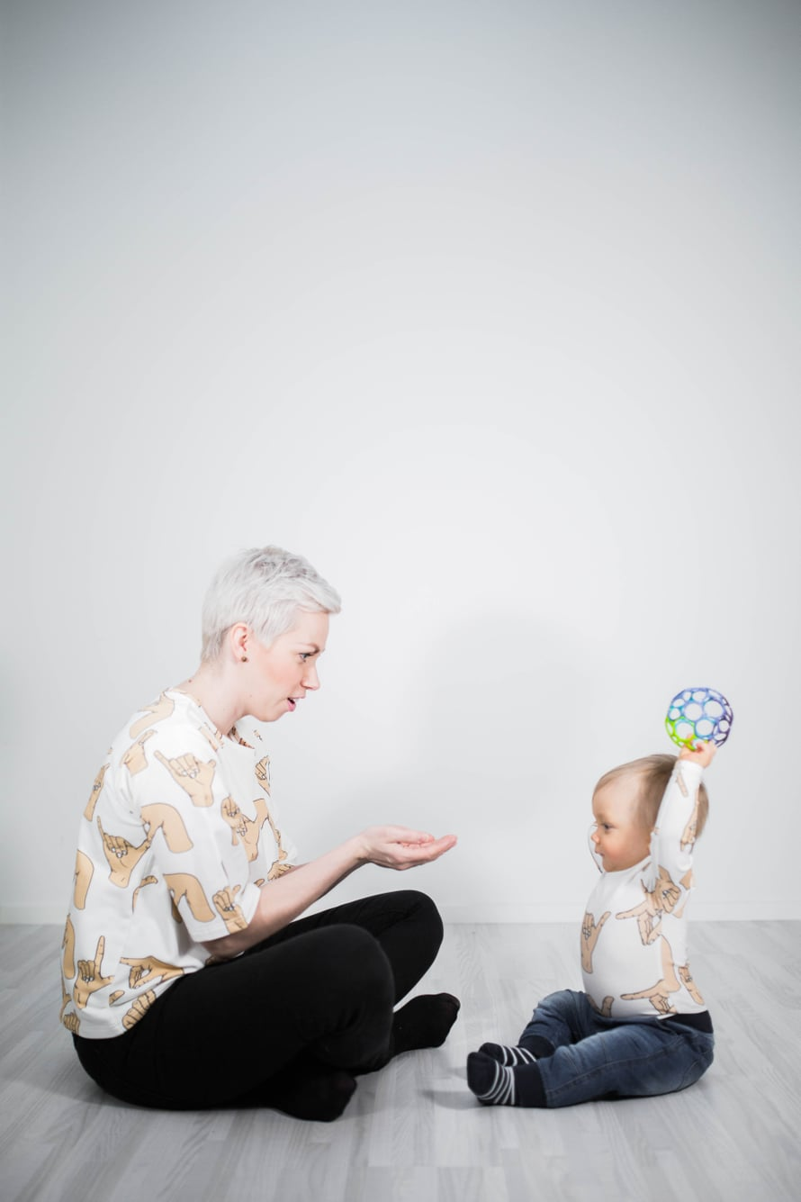 Tukiviittomien opettelun voi aloittaa tutuista sanoista, kuten lelujen nimistä, Anne Huttunen kertoo.