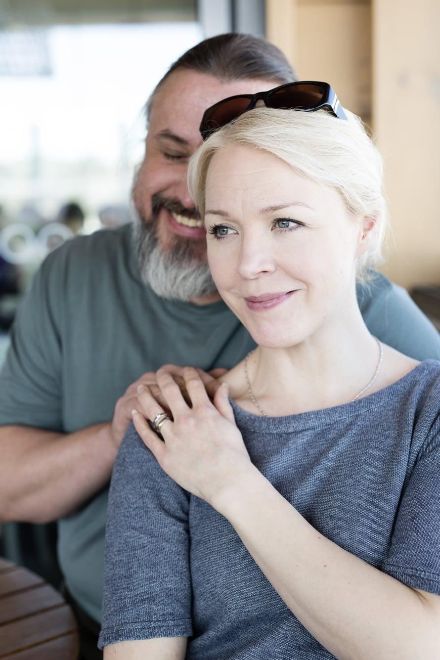 """Johanna ja Kristo viettävät parisuhdeaikaa käytännössä öisin. Ennen kaksosten syntymää pariskunta matkusti kerran vuodessa Lontooseen teatterimatkalle, mutta nyttemmin tapa on ollut tauolla. Kuva: <span class=""""photographer"""">Heli Blåfield</span>"""