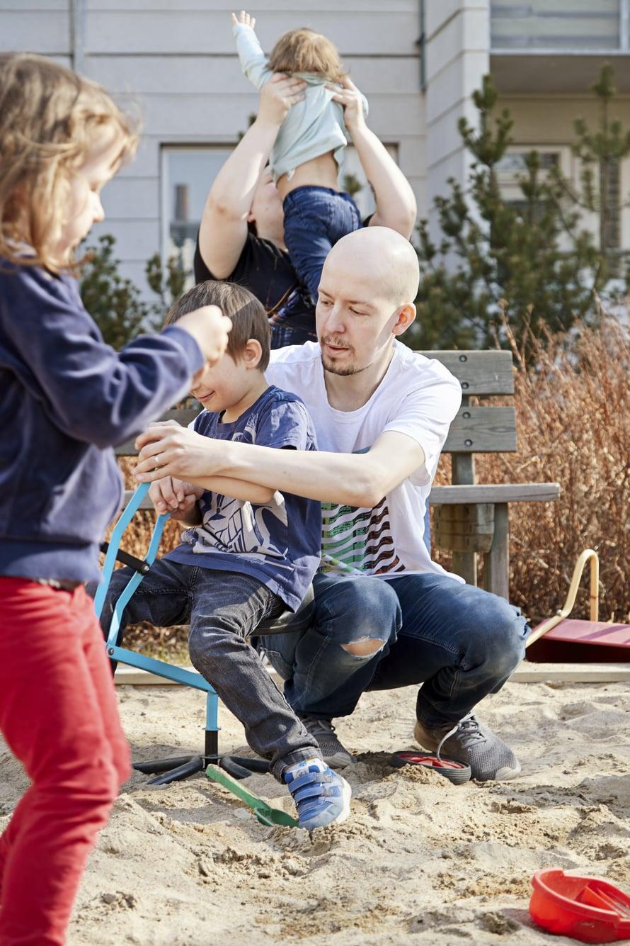 Loistoleikkijä. Vaikka isä Sebastian unohtaa välillä tutit kattilaan, hän osaa keskittyä samaan leikkiin lasten kanssa tuntikaupalla.