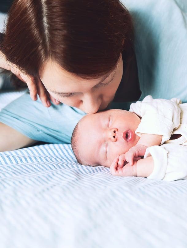 """Pieni vauva nukkuu turvallisesti pelkällä patjalla, kasvot vanhemman kasvojen korkeudella. Kuva: <span class=""""photographer"""">iStockphoto</span>"""