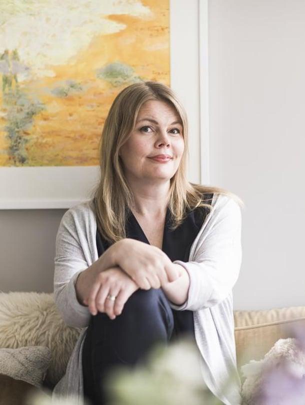 Kuinka perhe voisi ymmärtää, että äitikin tarvitsee lepoa ja palautumista, jos äiti ei koskaan puhu tarpeistaan ääneen, kouluttaja ja kirjailija Taina Laane muistuttaa.